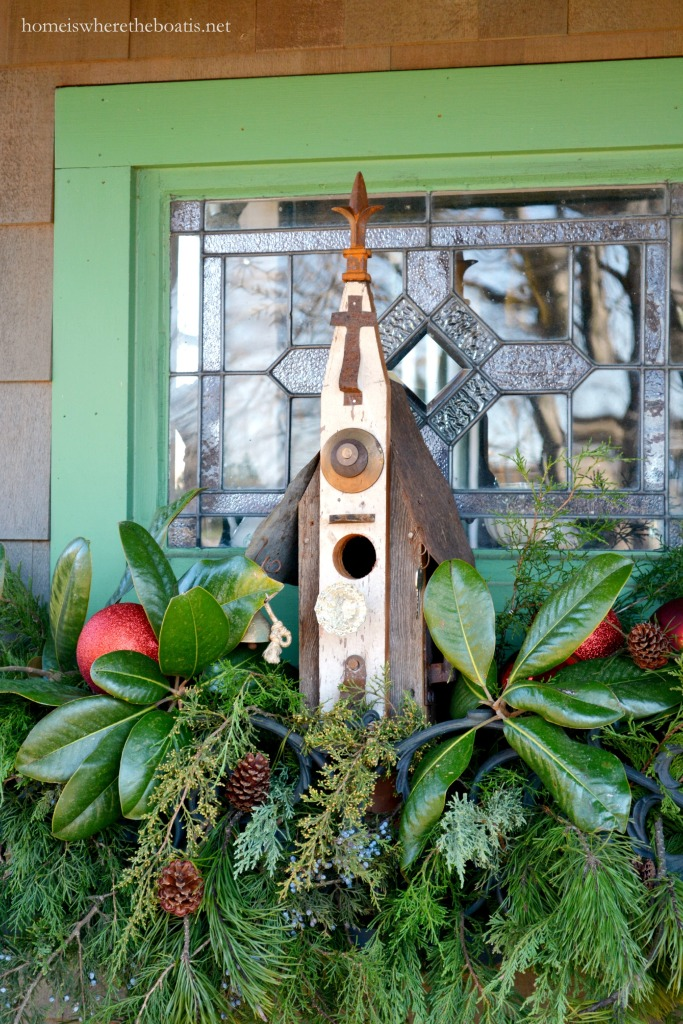 Window box with Christmas greenery and bird house | ©homeiswheretheboatis.net