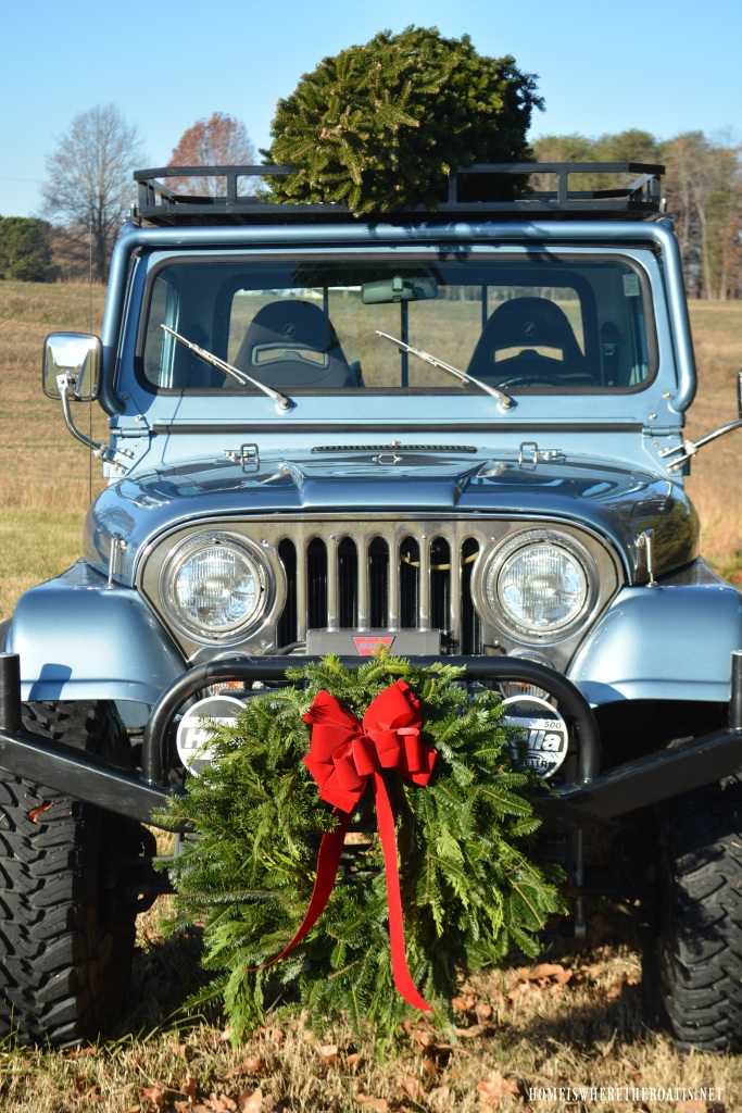 Jeep with wreath and Christmas Tree Tailgate and Picnic | ©homeiswheretheboatis.net #tartan #plaid #tailgate #Christmas #Jeep