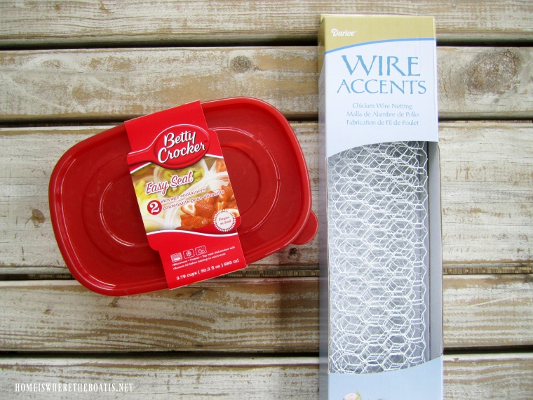 DIY fresh flower table runner with chicken wire | ©homeiswheretheboatis.net #flowers #fall #centerpiece #tablescapes