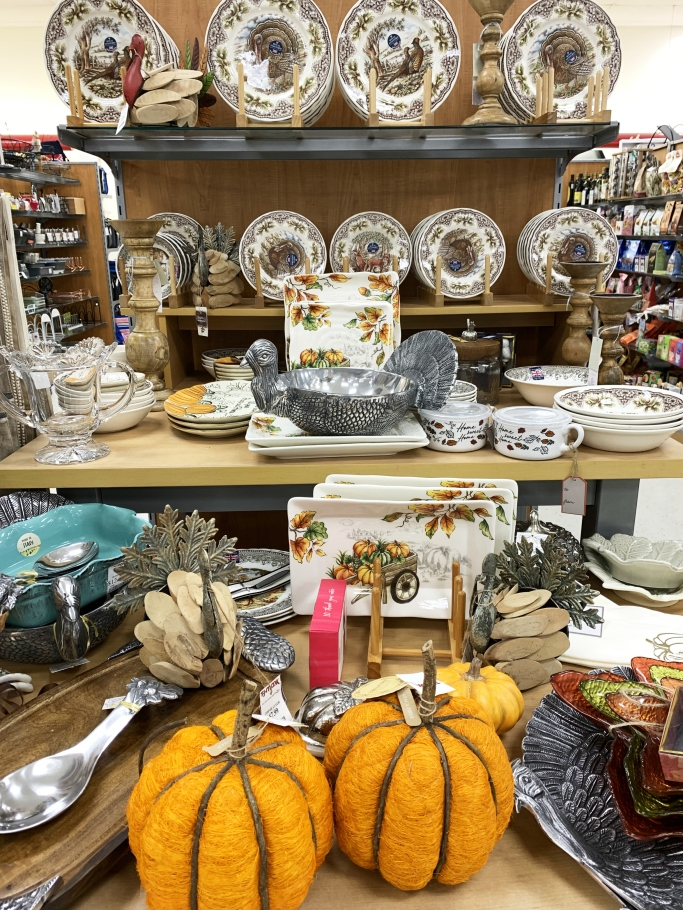 Thanksgiving decor and tableware | ©homeiswheretheboatis.net #turkey #thanksgiving