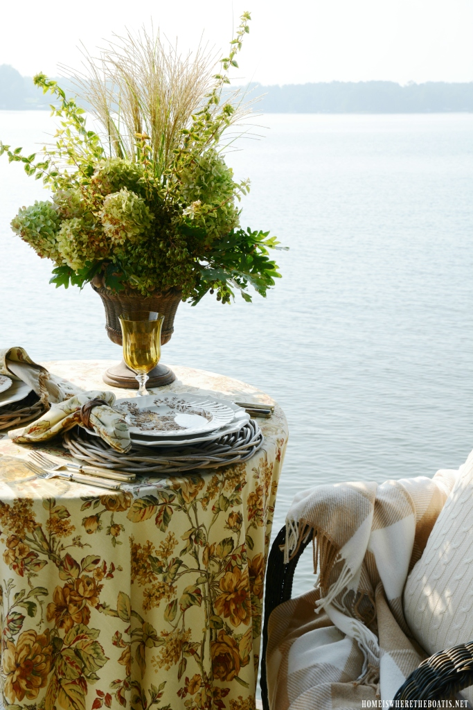 Lakeside table and early fall flower arrangement | ©homeiswheretheboatis.net #fall #flowers #tablescapes #lake #alfresco