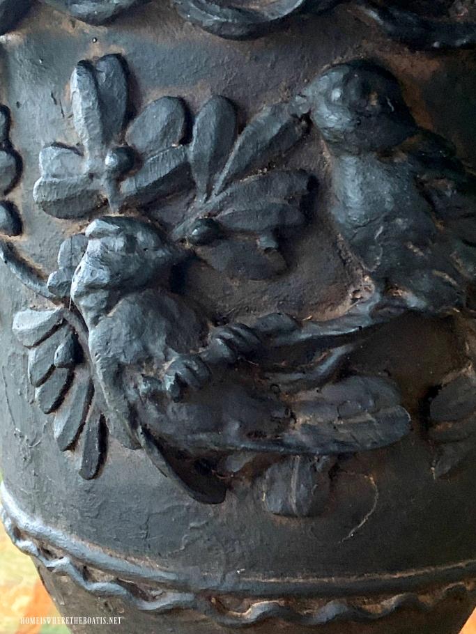 Detail bird urn | ©homeiswheretheboatis.net #fall #alfresco #tablescape #lake