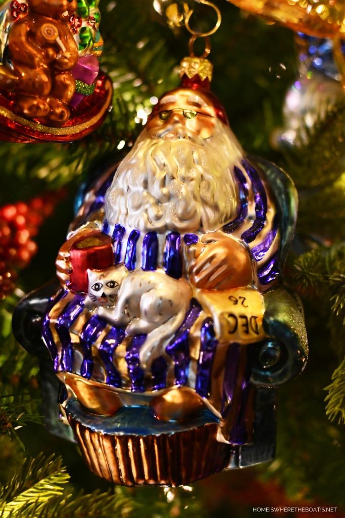 Santa December 26th Christmas Ornament | ©homeiswheretheboatis.net #Christmas #tree