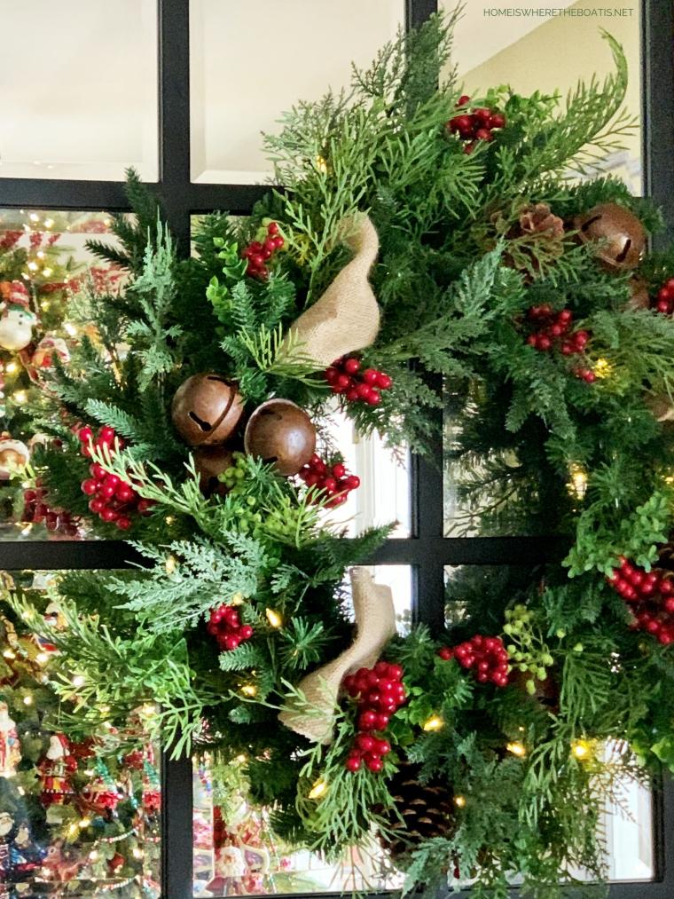 Christmas wreath | ©homeiswheretheboatis.net #christmas #greenery
