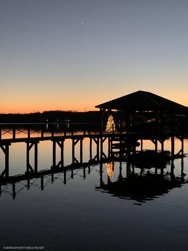 Christmas tree on dock lake | ©homeiswheretheboatis.net #LKN #Christmas