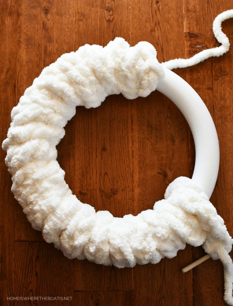 Finger Knitted Winter Wreath | ©homeiswheretheboatis.net #winter #wreath #fingerknitting #DIY
