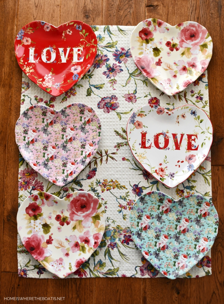 Floral heart-shaped plates | ©homeiswheretheboatis.net #valentinesday #tablescapes