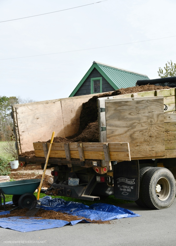 Putting mulch around the potting shed | ©homeiswheretheboatis.net